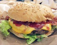 L'hamburger di Cow Burger in zona Bocconi a Milano