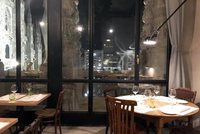 una cena fantastica da spazio guardando il duomo di milano