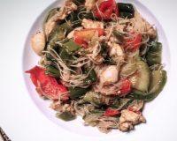 #ConoscoUnaSchiscia: la ricetta degli spaghetti di soia con pollo e verdure