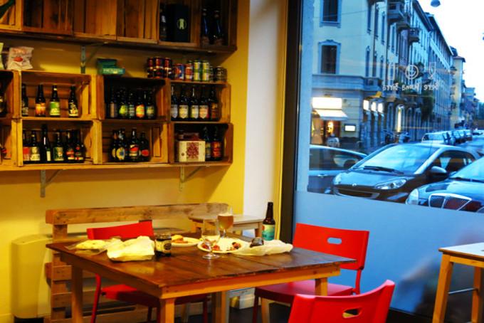 Bere birra Milano Pub